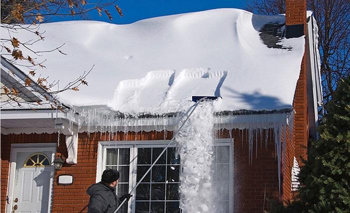 Только посмотри, что выдумал этот рукастый мужчина, чтоб избавиться от снега на крыше. Вот это трюк