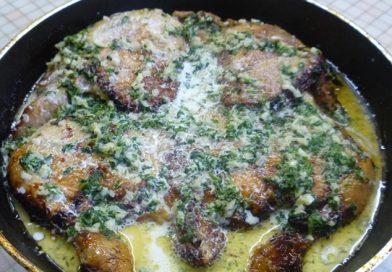 Одно из лучших грузинских блюд — курица в сливочно-чесночном соусе. У меня только от вида слюни текут!
