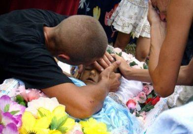 Лежа в гробу, признанный умершим ребенок вдруг попросил попить…