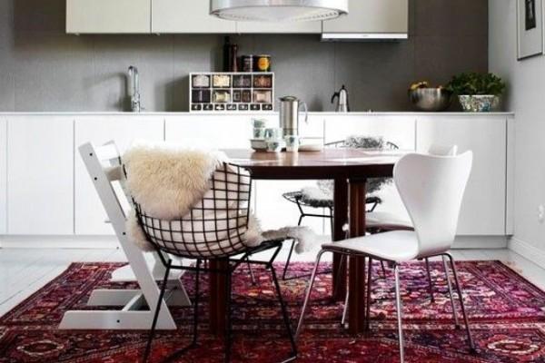 яркий-восточный-ковер-в-интерьере-кухни-минимализма-600x400